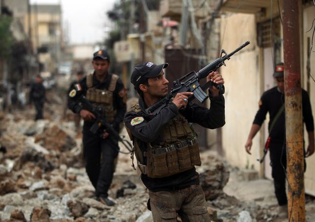 Iraqi counter-terrorism service (CTS) forces advance towards the Sekak neighbourhood in western Mosul on April 11, 2017, during the ongoing offensive to retake the city from Daesh