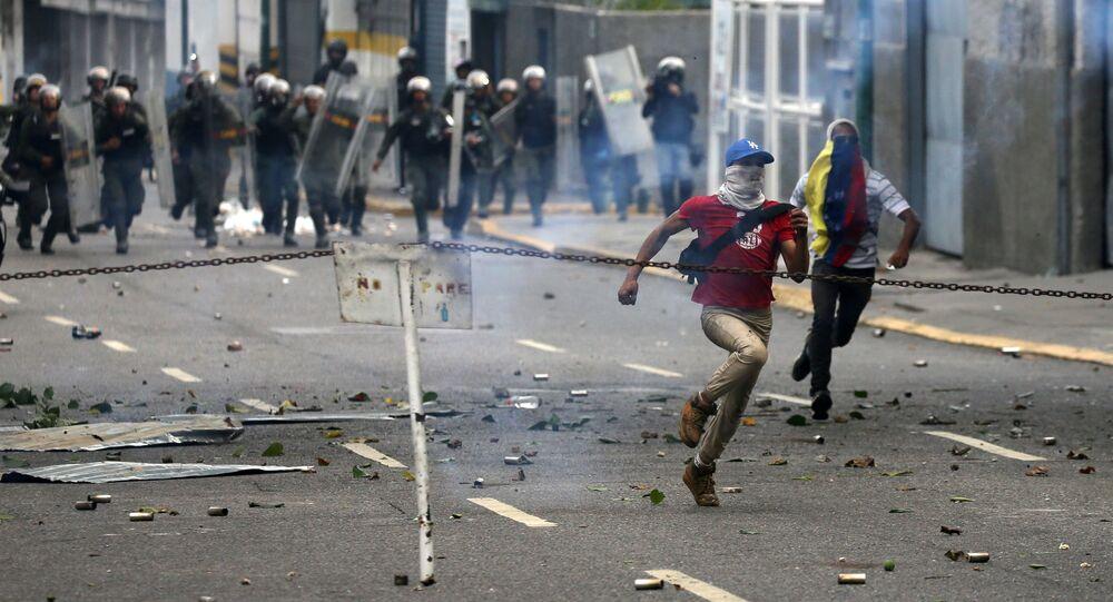 Demonstrators run away during a rally against Venezuela's President Nicolas Maduro's government in Caracas, Venezuela April 10, 2017