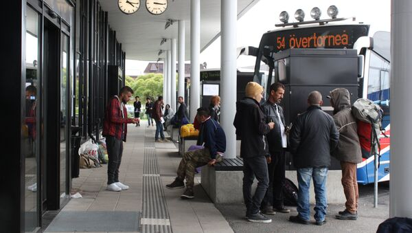 Migrants wait for a bus at the shared bus station of the northern Swedish town Haparanda and its Finnish twin town Tornio on the Swedish-Finnish border on September 21, 2015. - Sputnik International