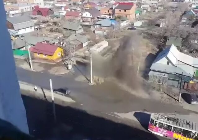 In the center of Omsk from the ground broke a 4-meter water fountain