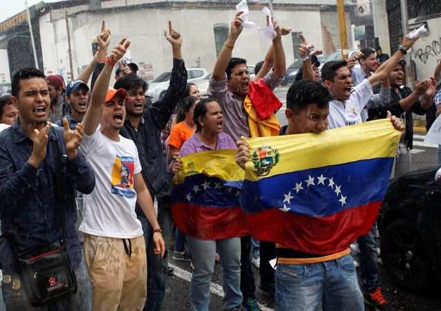 Opposition supporters shout slogans during a protest against Venezuelan President Nicolas Maduro's government in San Cristobal, Venezuela March 31, 2017