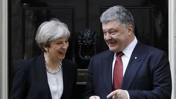 Britain's Prime Minister Theresa May greets Ukrainian President Petro Poroshenko in Downing Street, in central London, Britain April 19, 2017 - Sputnik International
