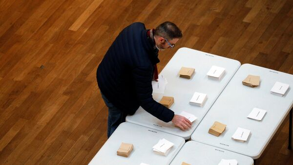 A man choose his ballots before voting in the first round of 2017 French presidential election at a polling station in Lyon, France, April 23, 2017. - Sputnik International