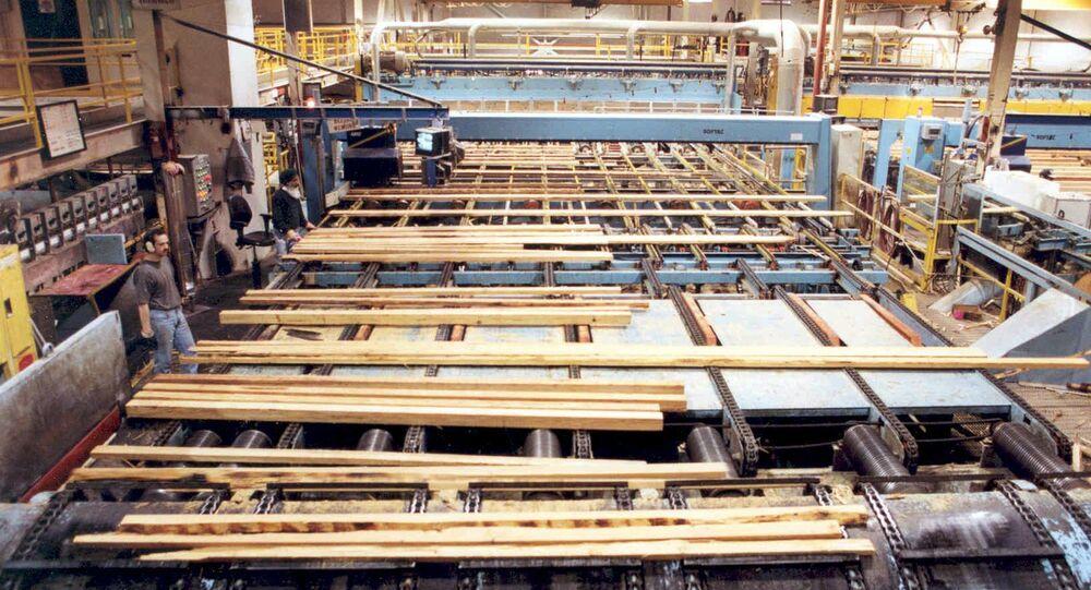 Workers prepare lumber inside Weyerhaeuser's Port Alberni Mill on Vancouver Island in British Columbia (File)
