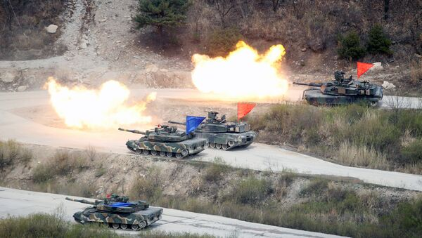 South Korean Army K1A1 and U.S. Army M1A2 tanks fire live rounds during a U.S.-South Korea joint live-fire military exercise, at a training field, near the demilitarized zone, separating the two Koreas in Pocheon, South Korea April 21, 2017 - Sputnik International