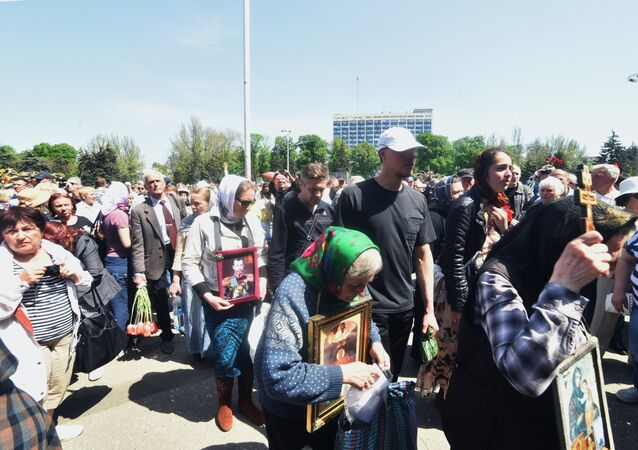 People on Kulikovo Polye Square remember those killed in a May 2, 2014 fire at the local House of Trade Unions