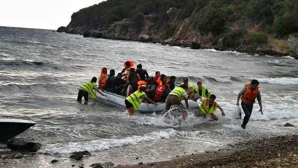 Refugees 4 Refugees rescuing a migrant boat in the Mediterranean - Sputnik International