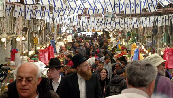 Israelis shop before the Jewish holiday of Passover in Jerusalem's Mahane Yehuda food market. - Sputnik International