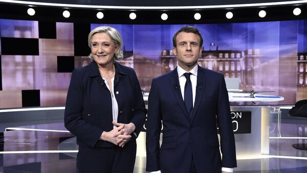 Candidates for the 2017 presidential election, Emmanuel Macron (R), head of the political movement En Marche !, or Onwards !, and Marine Le Pen, of the French National Front (FN) party, pose prior to the start of a live prime-time debate in the studios of French television station France 2, and French private station TF1 in La Plaine-Saint-Denis, near Paris, France, May 3, 2017 - Sputnik International