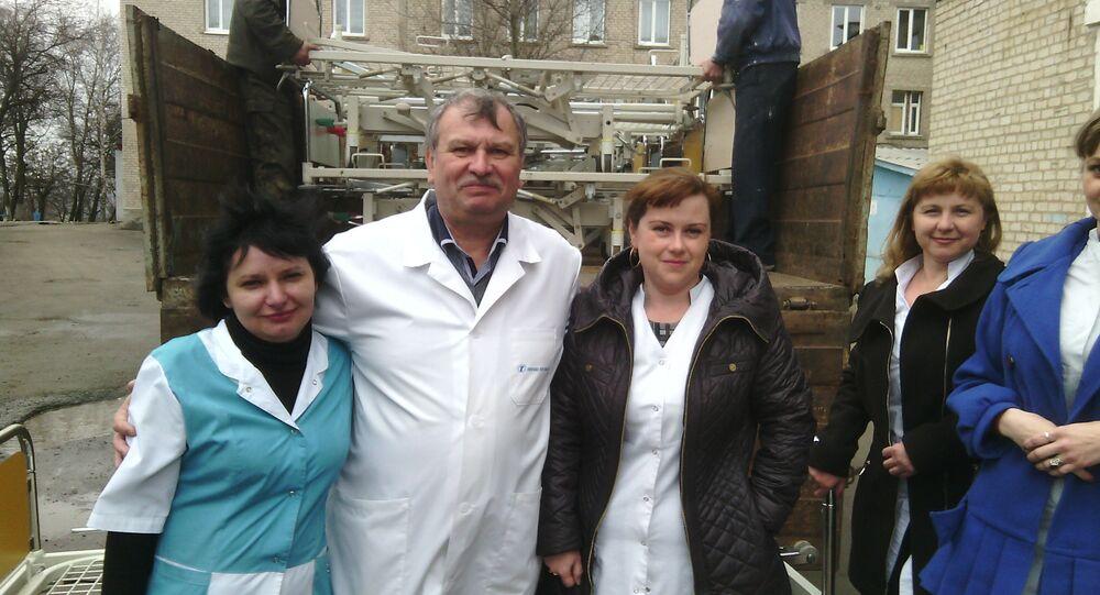 Chefarzt und Krankenschwestern des Krankenhauses Pervomaisk beim Empfang der Hilfslieferungen