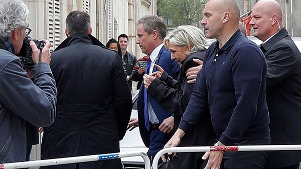 Marine Le Pen (C), French National Front (FN) candidate for 2017 presidential election and Debout La France group former candidate Nicolas Dupont-Aignan, leave by a backdoor from the Cathedral in Reims, surrounded by bodyguards, France, May 5, 2017 - Sputnik International