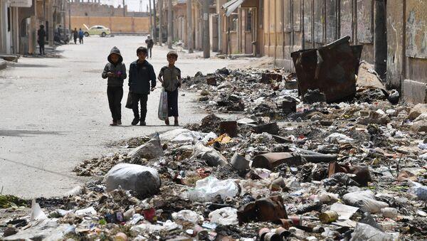 Children walking along a street in Deir ez-Zor, Syria - Sputnik International