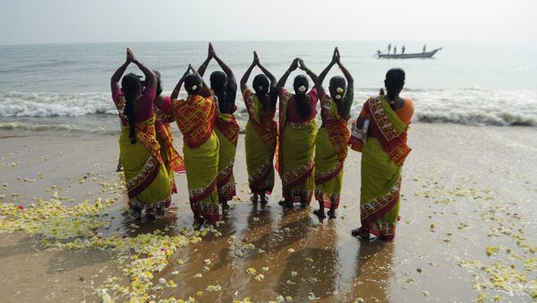 Indian women offer prayers at Marina Beach in Chennai - Sputnik International