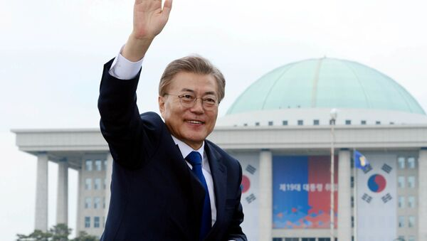 South Korean President Moon Jae-in waves as he leaves the National Cemetery after inaugural ceremony in Seoul, South Korea May 10, 2017. - Sputnik International