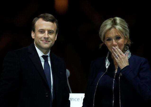 Избранный президент Франции Эммануэль Макрон с женой Брижит празднуют победу на выборах