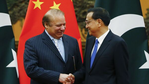 Chinese Premier Li Keqiang, right, and Pakistani Prime Minister Nawaz Sharif shake hands during a signing ceremony at the Great Hall of the People in Beijing, China, Saturday, May 13, 2017 - Sputnik International