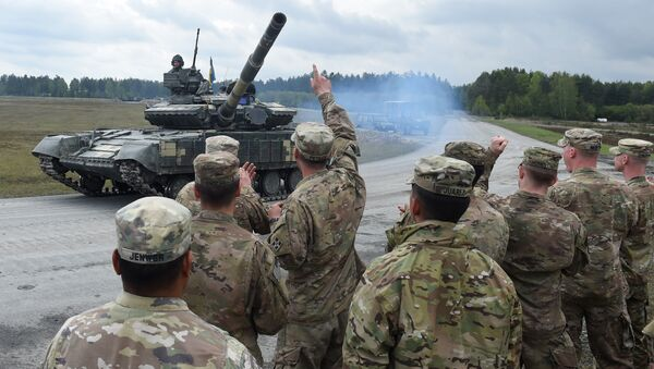 US soldiers welcome the crew of an Ukrainian tank type 'T-64BM' prior the friendship shooting of several nations during the exercise 'Strong Europe Tank Challenge 2017' at the exercise area in Grafenwoehr, near Eschenbach, southern Germany, on May 12, 2017 - Sputnik International