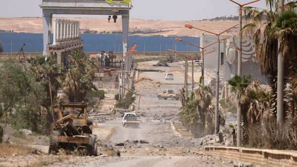 Vehicles drive near Tabqa Dam on the Euphrates River, in the town of Tabqa, after Syrian Democratic Forces (SDF) captured it from Islamic State militants this week, Syria May 12, 2017. Picture taken May 12, 2017 - Sputnik International