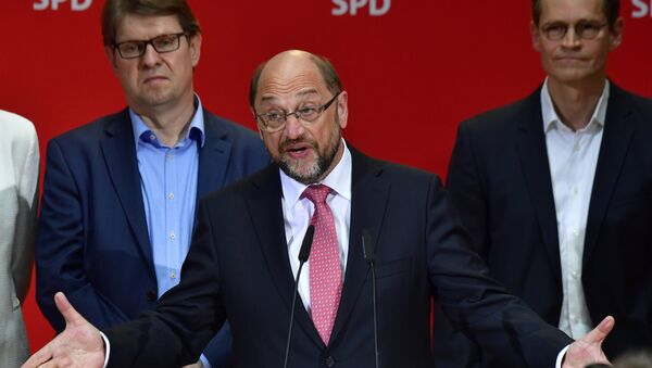 Social Democratic Party (SPD) leader Martin Schulz (C) speaks after the publication of the preliminary results of the regional elections in the West German state of North Rhine-Westphalia at the headquarters of the SPD in Berlin on May 14, 2017 - Sputnik International