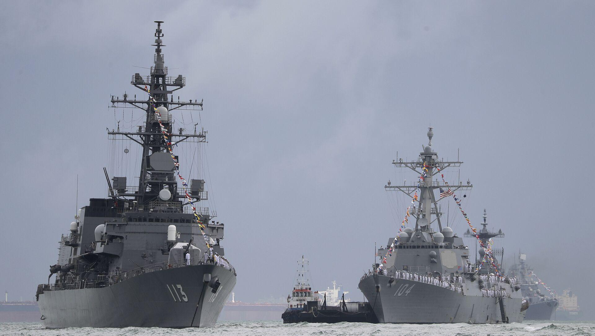 Japan's destroyer JS Sazanami, left, the United State's Arleigh Burke-class guided missile destroyer USS Sterett, center, and South Korean destroyer ROKS Dae Jo Yeong, right rear. - Sputnik International, 1920, 05.08.2021