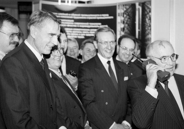 Then-Finnish President Mauno Koivisto (L) looks on as then-Soviet President Mikhail Gorbachev talks to Moscow on a Nokia Mobira Cityman cellular phone in Helsinki on October 26, 1989