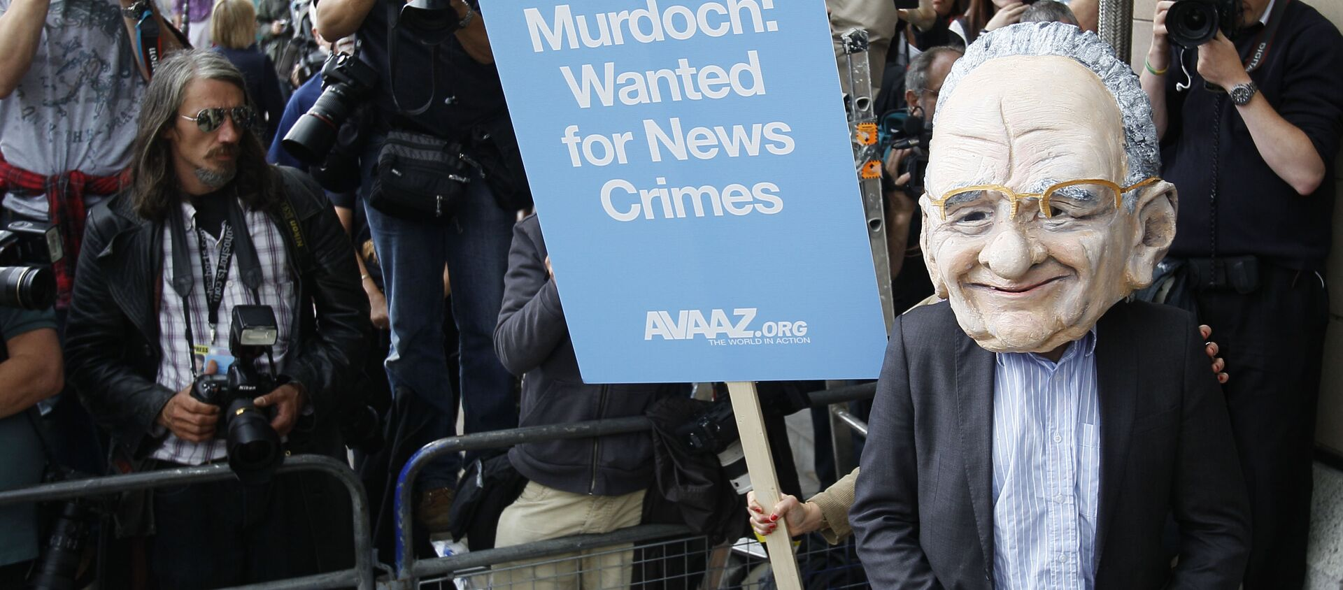 A protester wearing a Rupert Murdoch mask is photographed by media outside parliament in London, Tuesday, July 19, 2011.  - Sputnik International, 1920, 03.08.2021