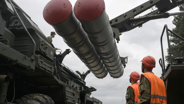 Recharging an S-400 Triumf anti-aircraft weapon system during the combat duty drills of the surface to air-misile regiment in the Moscow Region. - Sputnik International