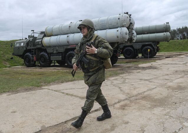 Personnel near an S-400 Triumf anti-aircraft weapon system during the combat duty drills of the surface to air-misile regiment in the Moscow Region.