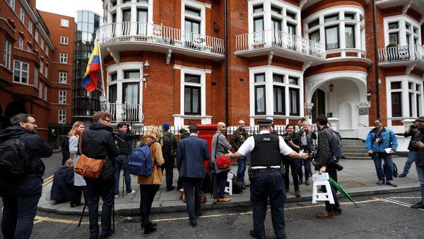 Journalists are seen outside the Ecuadorian embassy in London where WikiLeaks founder Julian Assange is taking refuge, London, Britain, May 19, 2017 - Sputnik International