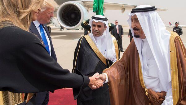 Saudi Arabia's King Salman bin Abdulaziz Al Saud shakes hands with first lady Melania Trump during a reception ceremony in Riyadh, Saudi Arabia, May 20, 2017. - Sputnik International
