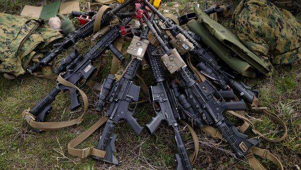 Assault rifles belonging to US Marines are piled on the ground - Sputnik International