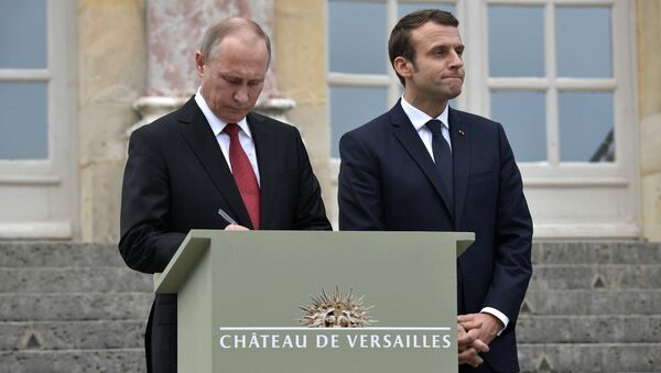 May 29, 2017. Russian President Vladimir Putin leaves an entry in the Honored Visitor Book of the National Museum of Versailles and Trianon, Versailles. Right: French President Emmanuel Macron - Sputnik International