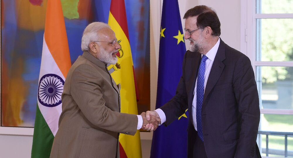 Spanish Prime Minister Mariano Rajoy (R) shakes hands with his Indian counterpart Narendra Modi moments before a meeting at La Moncloa palace in Madrid