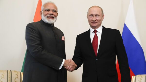 Russian President Vladimir Putin (R) shakes hands with Indian Prime Minister Narendra Modi during a meeting on the sidelines of the St. Petersburg International Economic Forum (SPIEF), Russia - Sputnik International