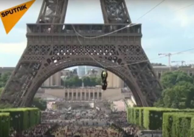 Daredevils Zip Line From The Eiffel Tower