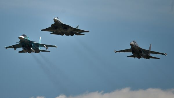 From left: A Sukhoi-34, a T-50 and a Sukhoi-35S perform a demo flight at the MAKS 2015 International Aviation and Space Salon in Zhukovsky outside Moscow - Sputnik International