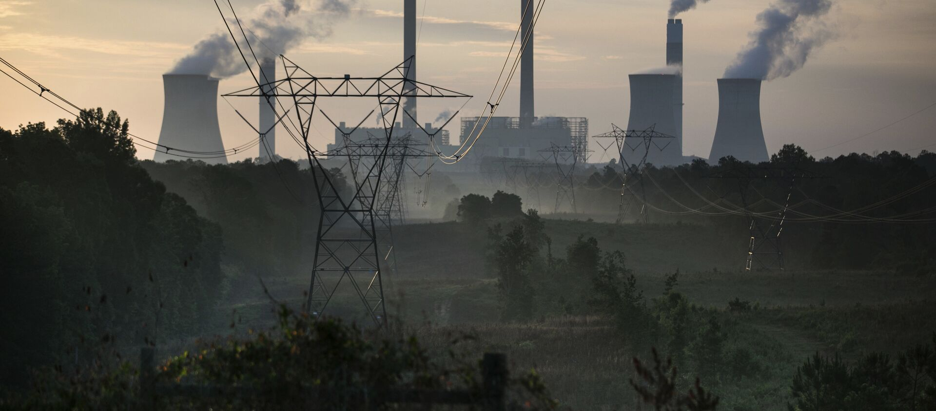 The coal-fired Plant Scherer, one of the nation's top carbon dioxide emitters, stands in the distance in Juliette, Georgia., Saturday, 3 June 2017.  - Sputnik International, 1920, 06.04.2021