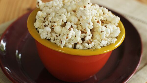 With parmesan garlic popcorn, you can go either sweet or savory when making popcorn treats - Sputnik International