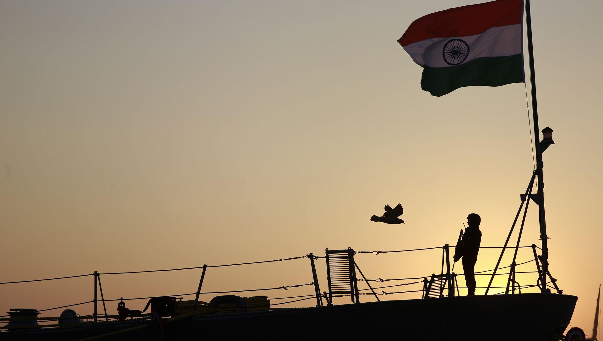Indian serviceman stands guard on board tu warship Godavari during its decommissioning at the naval dockyard in Mumbai, India, 23 December 2015 - Sputnik International, 1920, 27.07.2021