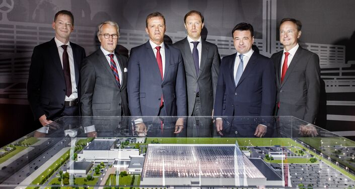 Daimler management with the Russian Trade Minister Denis Manturov (center) and Governor of the Moscow Region Andrei Vorobyov (second right)