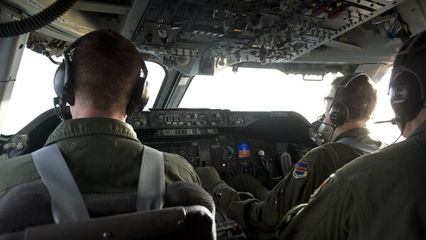 The flight crew of a Boeing E4-B airplane carrying US Secretary of Defense Leon Panetta flies the aircraft as seen from the cockpit in flight over Alaska on November 16, 2012, en route to San Francisco, California. - Sputnik International