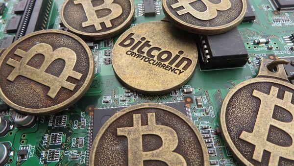 Bitcoin keychains on circuit board - Sputnik International