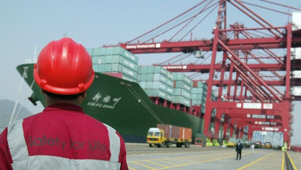 A worker watches operations at the container off-loading terminal in the Jawaharlal Nehru Port Trust (JNPT) premises in Mumbai (File) - Sputnik International