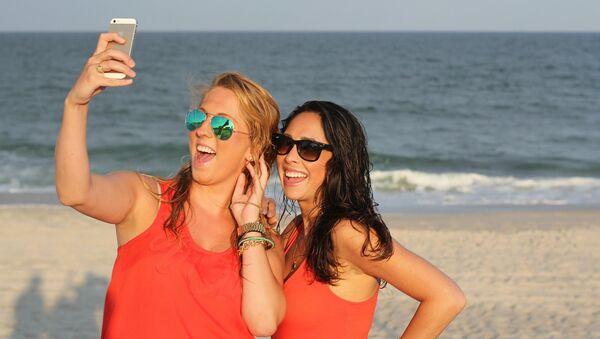 Friends taking a selfie - Sputnik International