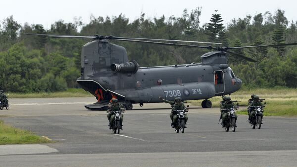 This file photo taken on May 25, 2017 shows armed Taiwanese soldiers riding on motorcycles next to a US-made CH-47 helicopter during the Han Kuang (Han Glory) life-fire drill, some 7 kms (4 miles) from the city of Magong on the outlying Penghu islands - Sputnik International