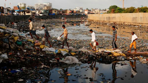 Residents cross a polluted water canal at a slum on the World Environment Day in Mumbai, India, June 5, 2017 - Sputnik International