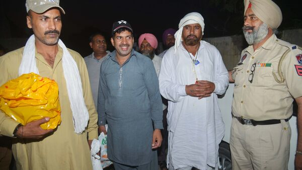 Indian prisoners Sohan Lal (2R), Abdul Majid (2L) and Mohammed Maqbool (L) arrive at a Red Cross House after being released by Pakistani authorities, in Amritsar on June 22, 2017 - Sputnik International