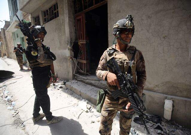 Iraqi Counter-Terrorism Service (CTS) advance in the Maidan district in Mosul. (File)