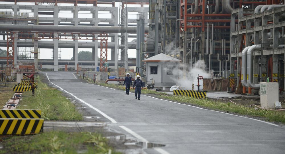 Workers at an Indian oil refinery belonging to Essar Oil at Vadinar, some 380km from Ahmedabad. (File)