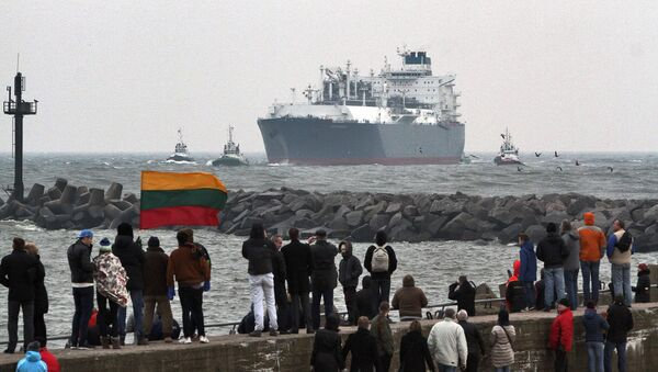 This first liquefied natural gas (LNG) terminal Independence comes through the sea gate port of Klaipeda on October 27, 2014 - Sputnik International